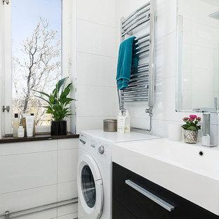 Bild på ett funkis badrum, med släta luckor, svarta skåp, vit kakel, vita väggar, ett konsol handfat, keramikplattor och marmorgolv