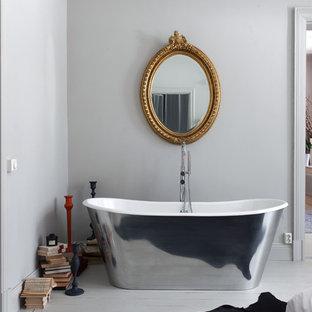 Пример оригинального дизайна: главная ванная комната среднего размера с отдельно стоящей ванной, серыми стенами и деревянным полом