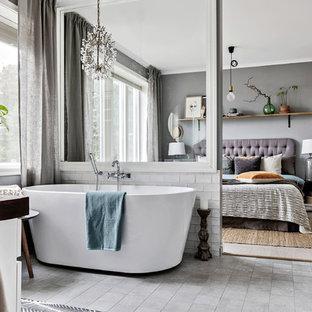 Idéer för mellanstora vintage en-suite badrum, med ett fristående badkar, vit kakel, grått golv och tunnelbanekakel