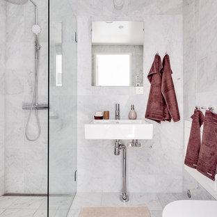 Ispirazione per una stanza da bagno minimalista di medie dimensioni con doccia ad angolo, piastrelle grigie, pareti grigie, pavimento in marmo e lavabo a colonna