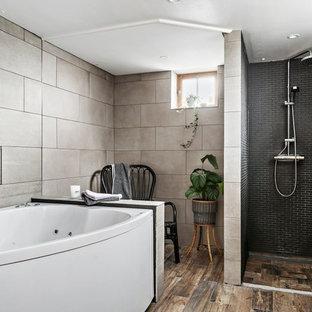 Idéer för att renovera ett vintage en-suite badrum, med en jacuzzi, en kantlös dusch, grå kakel, mellanmörkt trägolv, brunt golv och med dusch som är öppen
