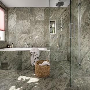 Inredning av ett modernt badrum med dusch, med ett platsbyggt badkar, en hörndusch, en vägghängd toalettstol, grön kakel, keramikplattor, gröna väggar, klinkergolv i keramik och grönt golv