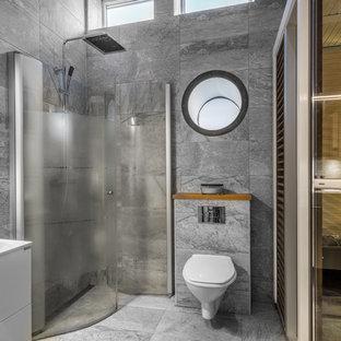 Inspiration för ett stort funkis vit vitt bastu, med släta luckor, vita skåp, en vägghängd toalettstol, grå väggar, ett fristående handfat, dusch med gångjärnsdörr, en kantlös dusch, grå kakel och grått golv