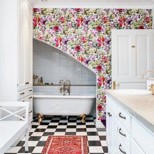 Inredning av ett klassiskt stort en-suite badrum, med släta luckor, vita skåp, ett fristående badkar, en dusch/badkar-kombination, porslinskakel, vita väggar, klinkergolv i keramik, ett nedsänkt handfat och granitbänkskiva