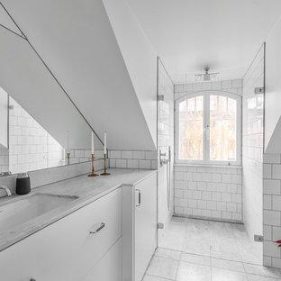 Idéer för att renovera ett skandinaviskt grå grått badrum med dusch, med släta luckor, vita skåp, en kantlös dusch, vit kakel, vita väggar, marmorgolv, ett undermonterad handfat, marmorbänkskiva, grått golv och dusch med gångjärnsdörr
