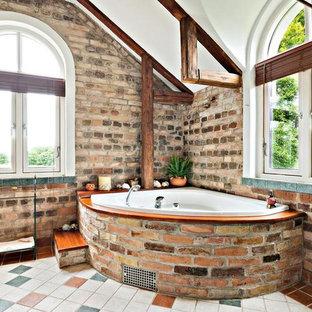 Inspiration för mellanstora rustika badrum, med öppna hyllor, vit kakel, keramikplattor, bruna väggar och kalkstensgolv