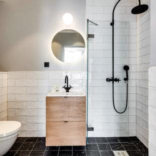 Exempel på ett litet modernt badrum, med släta luckor och skåp i mellenmörkt trä