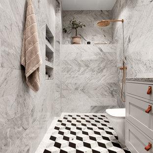 Esempio di una stanza da bagno scandinava di medie dimensioni con ante con riquadro incassato, ante grigie, doccia aperta, piastrelle grigie e pavimento multicolore
