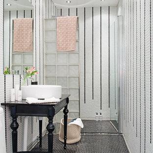Bild på ett mellanstort vintage badrum, med en kantlös dusch, en toalettstol med hel cisternkåpa, svart kakel, vit kakel, mosaik, vita väggar, mosaikgolv, ett fristående handfat och dusch med gångjärnsdörr