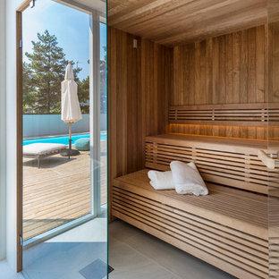 Inspiration för mycket stora moderna bastur, med bruna väggar och grått golv