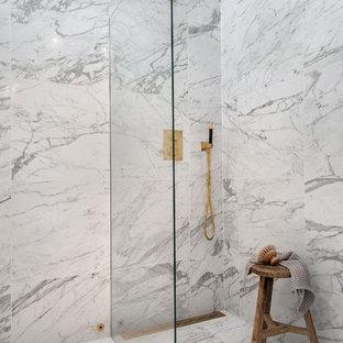 Idéer för ett stort modernt badrum med dusch, med en dusch i en alkov, grå kakel, grå väggar, marmorgolv och med dusch som är öppen