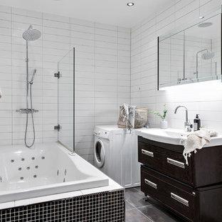 Idéer för nordiska badrum med dusch, med möbel-liknande, skåp i mörkt trä, ett hörnbadkar, en dusch/badkar-kombination, vit kakel, tunnelbanekakel, vita väggar, ett konsol handfat, brunt golv och med dusch som är öppen
