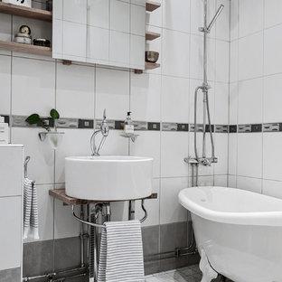 Inspiration för skandinaviska badrum med dusch, med öppna hyllor, en dusch/badkar-kombination, vita väggar, ett fristående handfat, träbänkskiva, grått golv, ett badkar med tassar, vit kakel och dusch med duschdraperi