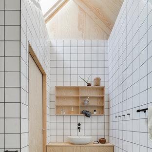Idéer för mellanstora nordiska badrum, med släta luckor, skåp i ljust trä, vita väggar, betonggolv, ett fristående handfat, keramikplattor och träbänkskiva