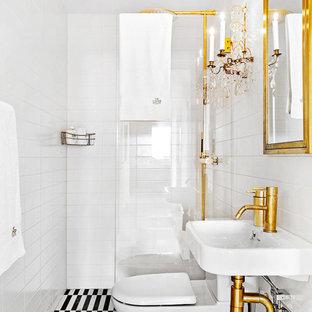 Idéer för att renovera ett stort vintage badrum med dusch, med en kantlös dusch, en toalettstol med separat cisternkåpa, vit kakel, tunnelbanekakel, vita väggar, ett väggmonterat handfat, klinkergolv i keramik och med dusch som är öppen