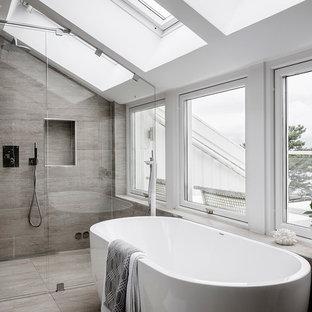 Inspiration för ett stort minimalistiskt badrum med dusch, med beige kakel, brun kakel, grå väggar, ett fristående badkar, en kantlös dusch, brunt golv och dusch med gångjärnsdörr