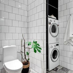 Inspiration för ett mellanstort nordiskt badrum, med en toalettstol med separat cisternkåpa, vita väggar, öppna hyllor, keramikplattor och klinkergolv i porslin