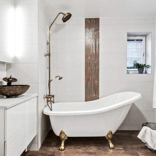Modern inredning av ett mellanstort badrum med dusch, med släta luckor, vita skåp, brun kakel, vit kakel, marmorbänkskiva, ett badkar med tassar, en dusch/badkar-kombination, vita väggar, ett fristående handfat, brunt golv och med dusch som är öppen