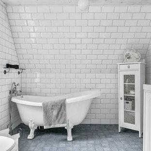 Idéer för att renovera ett shabby chic-inspirerat badrum, med vita skåp, ett fristående badkar och en dusch/badkar-kombination