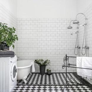 Inspiration för stora klassiska badrum med dusch, med ett badkar med tassar, en dubbeldusch, vita väggar, vit kakel, svart golv och med dusch som är öppen