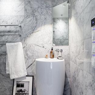 Modern inredning av ett mellanstort badrum, med grå kakel, grå väggar och marmorgolv