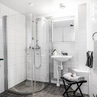 Bild på ett minimalistiskt badrum, med ett väggmonterat handfat och grått golv