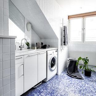 Idéer för mellanstora minimalistiska vitt badrum, med släta luckor, vita skåp, vit kakel, mosaikgolv och blått golv