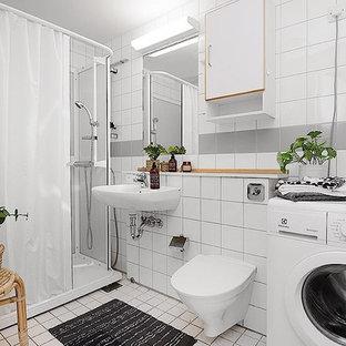 Exempel på ett minimalistiskt badrum med dusch, med en vägghängd toalettstol, grå kakel, vit kakel, flerfärgade väggar, ett väggmonterat handfat, vitt golv och dusch med duschdraperi
