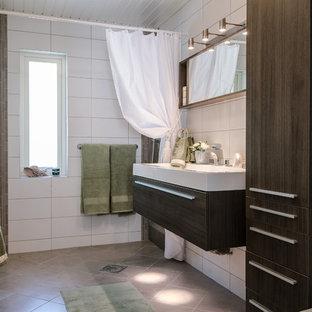 Exempel på ett modernt vit vitt badrum med dusch, med släta luckor, bruna skåp, en toalettstol med separat cisternkåpa, vit kakel, ett integrerad handfat, grått golv och med dusch som är öppen