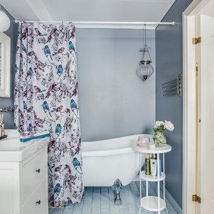 Shabby-Chic Badezimmer mit flächenbündigen Schrankfronten, weißen Schränken, freistehender Badewanne, blauer Wandfarbe, Einbauwaschbecken, blauem Boden und Duschvorhang-Duschabtrennung in Stockholm