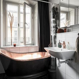 Inredning av ett skandinaviskt badrum, med ett fristående badkar, en dusch/badkar-kombination, vit kakel, ett väggmonterat handfat och dusch med duschdraperi