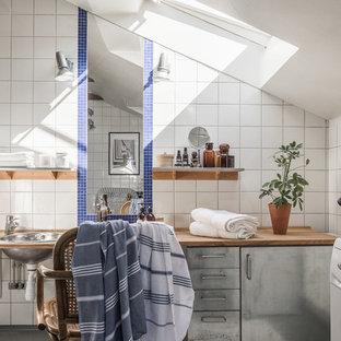 Idéer för ett stort industriellt badrum, med släta luckor, grå skåp, vita väggar, ett nedsänkt handfat, träbänkskiva och keramikplattor