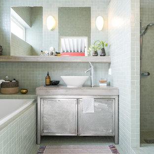Foto på ett industriellt grå en-suite badrum, med möbel-liknande, grå skåp, grön kakel, ett fristående handfat, grönt golv, med dusch som är öppen, en dusch i en alkov, bänkskiva i betong och ett platsbyggt badkar