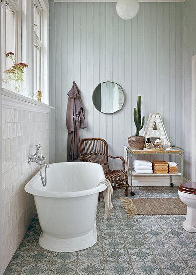Country Bathroom by Fotograf Helene Bernstone