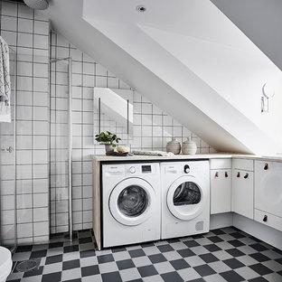 Idéer för stora funkis badrum, med släta luckor, vita skåp, vita väggar och flerfärgat golv