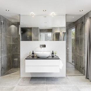Inspiration för mellanstora moderna badrum med dusch, med släta luckor, grå väggar, skiffergolv, granitbänkskiva och dusch med gångjärnsdörr
