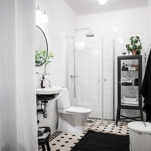 Inspiration för ett minimalistiskt badrum med dusch, med en hörndusch, en toalettstol med hel cisternkåpa, vit kakel, vita väggar, ett väggmonterat handfat, flerfärgat golv och dusch med skjutdörr