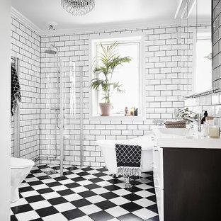 Bild på ett vintage badrum, med ett fristående badkar, vita väggar och flerfärgat golv