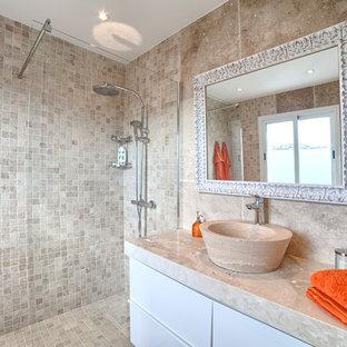 Modelo de cuarto de baño con ducha, mediterráneo, de tamaño medio, con armarios con paneles lisos, puertas de armario blancas, ducha abierta, lavabo sobreencimera, encimera de mármol y ducha abierta