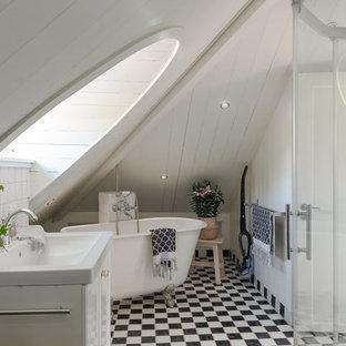 Inspiration för ett stort lantligt en-suite badrum, med vita skåp, ett badkar med tassar, vita väggar, klinkergolv i keramik, ett integrerad handfat och dusch med skjutdörr