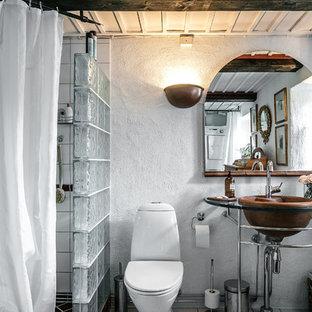 Imagen de cuarto de baño con ducha, de estilo de casa de campo, pequeño, con ducha esquinera, paredes blancas, lavabo con pedestal, sanitario de una pieza, baldosas y/o azulejos blancos, suelo blanco y ducha con cortina