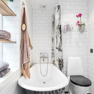 Inredning av ett klassiskt mellanstort badrum, med öppna hyllor, ett fristående badkar, en dusch/badkar-kombination, keramikplattor, vita väggar och klinkergolv i keramik