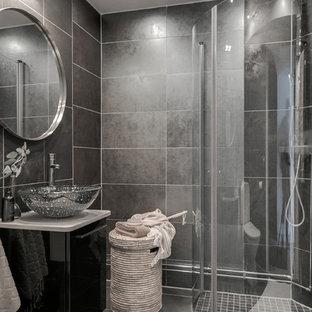 Idéer för ett mellanstort minimalistiskt badrum med dusch, med släta luckor, svarta skåp, en hörndusch, grå kakel, grå väggar, ett fristående handfat, grått golv och dusch med gångjärnsdörr
