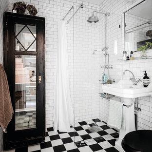 Inspiration för nordiska badrum med dusch, med en hörndusch, en toalettstol med separat cisternkåpa, vit kakel, tunnelbanekakel, vita väggar, ett piedestal handfat, flerfärgat golv och med dusch som är öppen