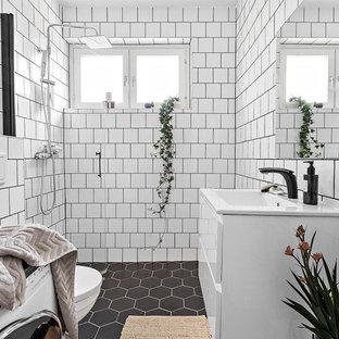 Exempel på ett mellanstort nordiskt badrum med dusch, med släta luckor, vita skåp, en öppen dusch, vit kakel, bänkskiva i kvartsit och svart golv