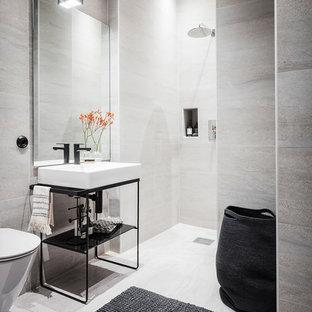 Inspiration för mellanstora moderna badrum med dusch, med öppna hyllor, en öppen dusch, grå kakel, ett konsol handfat, en vägghängd toalettstol, grå väggar, grått golv och med dusch som är öppen
