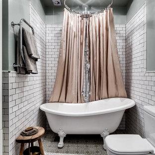 Modelo de cuarto de baño escandinavo, de tamaño medio, con bañera con patas, sanitario de una pieza, baldosas y/o azulejos blancos, baldosas y/o azulejos de cerámica, paredes blancas, suelo de baldosas de cerámica y ducha con cortina