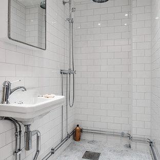 Foto på ett mellanstort funkis badrum, med en öppen dusch, tunnelbanekakel, vita väggar, marmorgolv, ett piedestal handfat och med dusch som är öppen