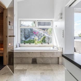 Inspiration för stora moderna en-suite badrum, med släta luckor, vita skåp, vita väggar, beiget golv, ett badkar i en alkov och ett fristående handfat