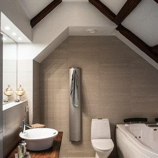 Exempel på ett mellanstort modernt badrum, med släta luckor, skåp i mörkt trä, ett hörnbadkar, en vägghängd toalettstol, beige kakel, stenkakel, beige väggar, klinkergolv i keramik, ett piedestal handfat och träbänkskiva